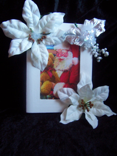 This 4x6 white picture frame is beautiful for Christmas and all through out the holidays.  So festive anywhere in you home or office. (Picture not included)