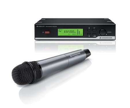 <h3>What's in the box?</h3> <ul>   <li>(1) EM 10 stationary receiver</li>   <li>(1) SKM 35 handheld transmitter (dynamic, cardioid)</li>   <li>(1) MZQ 1 microphone clip</li>   <li>(1) NT 2 power supply unit</li>   <li>(2) antennas</li>   <li>(1) pouch</li>   <li>(2) AA batteries</li>   <li>Instruction manual</li> </ul>