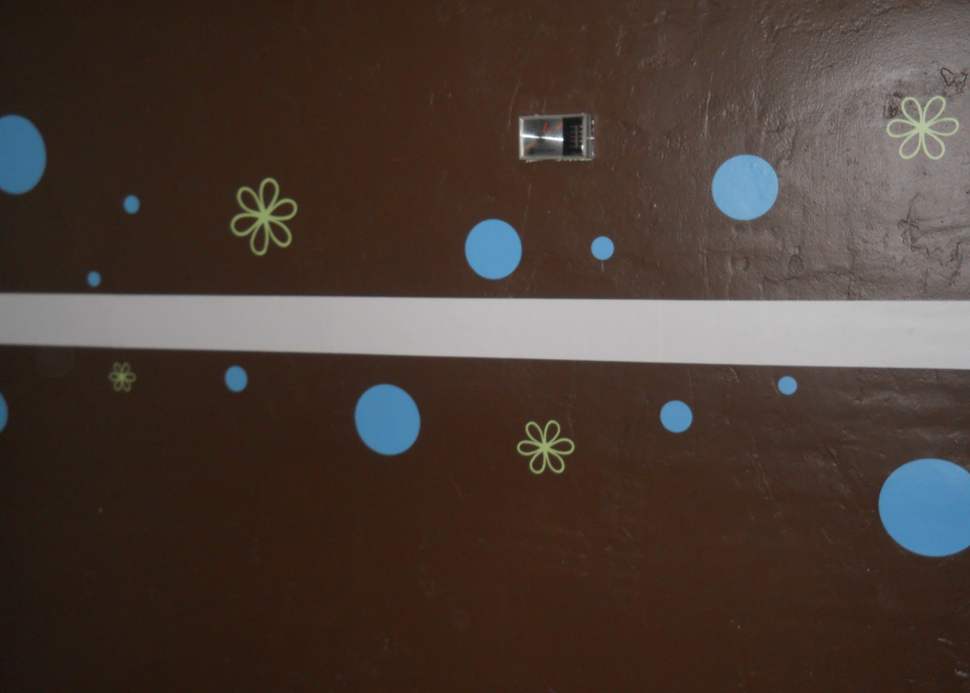 daisy-vinyl-wall-decal-with-3-in-stripe-and-variety-dots.jpg