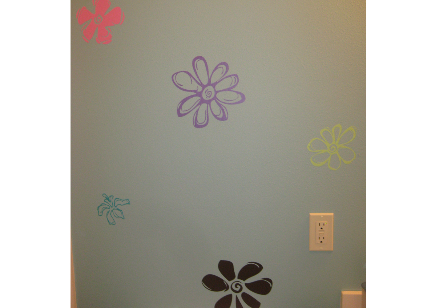 flower-vinyl-wall-decals-in-bathroom.jpg