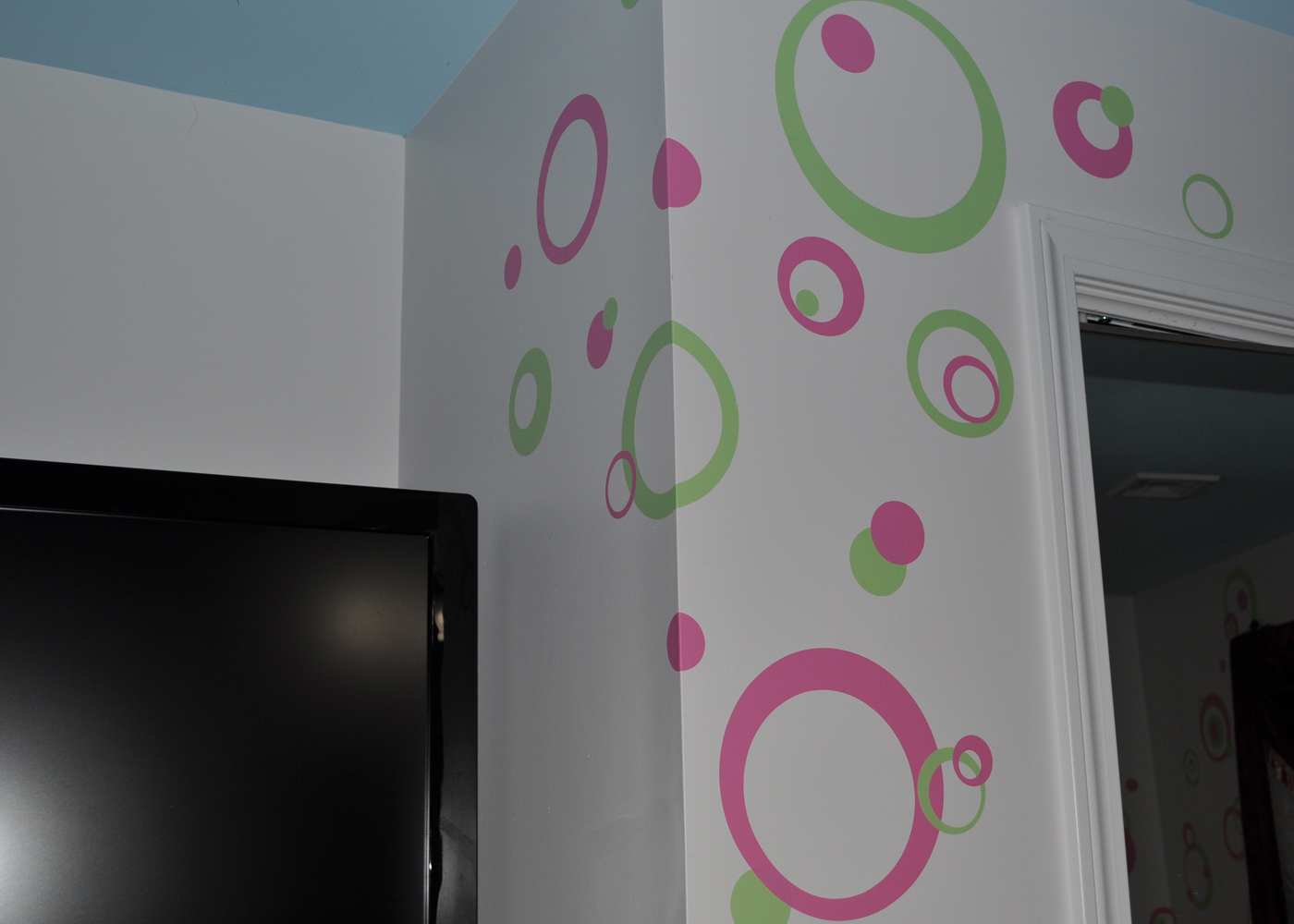 wall-decal-sticker-rings-circles-dots-in-girls-room-pink-green.jpg