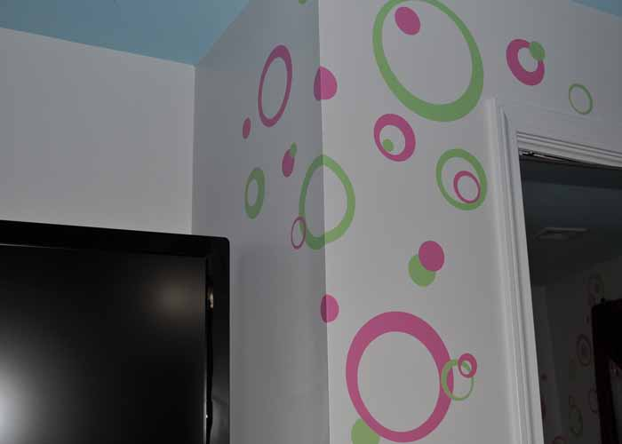 wall-decal-sticker-rings-circles-dots-in-girls-room-pink-greenextension-pg.jpg