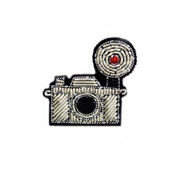 MACON & LESQUOY SMALL CAMERA PIN (SILVER)