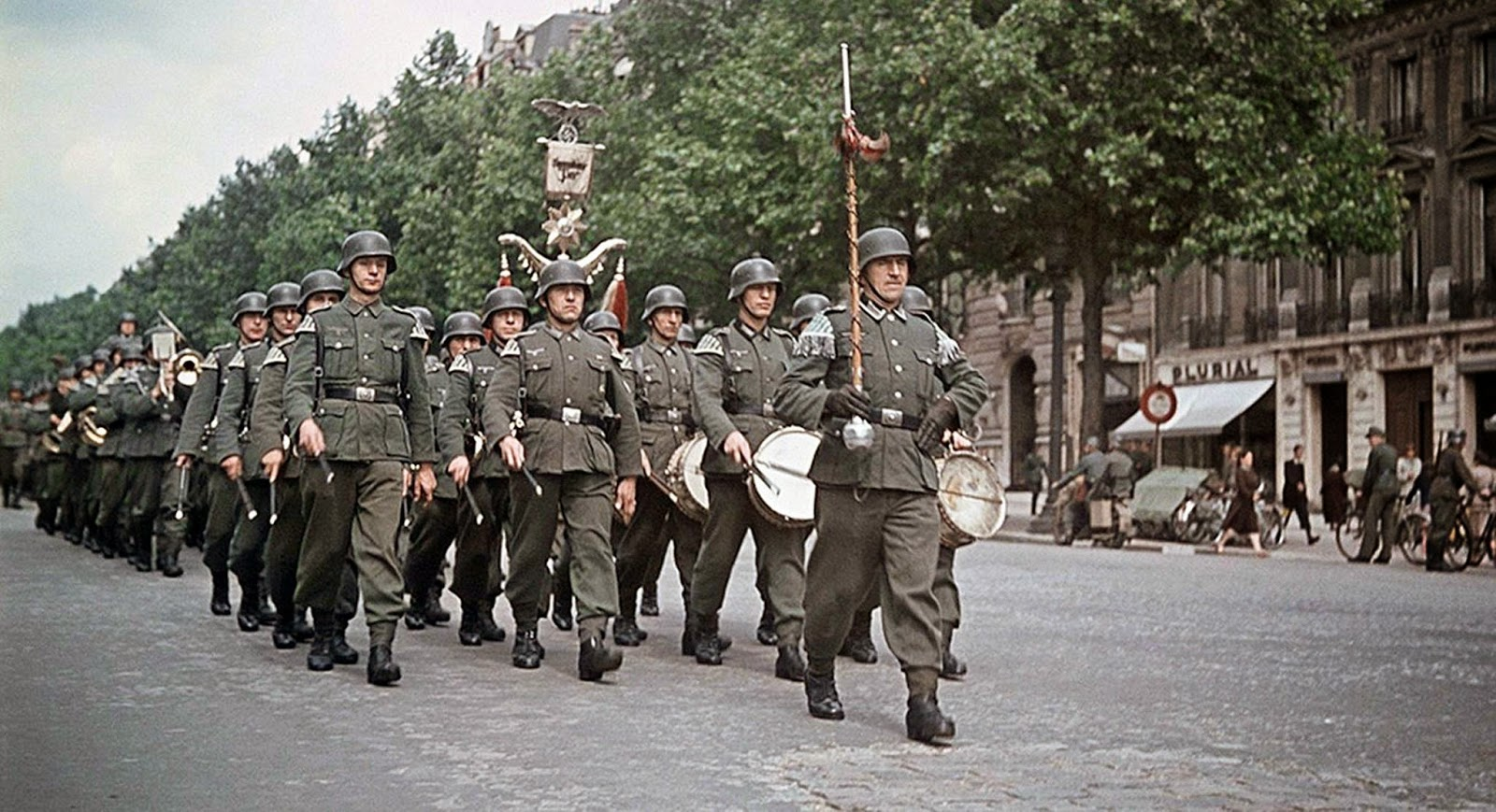 soldiers-marching-along-the-parade-route.-the-divisional-reichsadler-of-30.-infanterie-division-can-be-seen-in-background.jpg