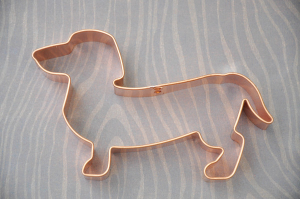 DACHSHUND WITH TAIL DOWN