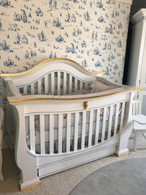 London Crib Finish: Snow Trim Out: Blue / Gold Gilding Appliquéd Moulding Option: Lion Head