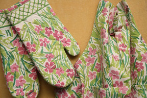 BLOCK PRINT OVEN MITTS AND MATCHING APRON SET - FLORAL