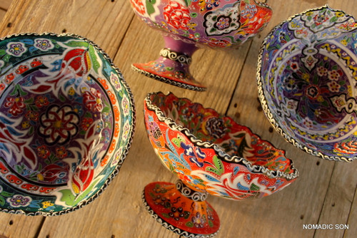 Intricate paintings on a hand crafted 20cm Footed bowl in the Wavy kabartma style.  Hand made and hand painted in Turkey.