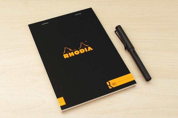 Giấy Rhodia R Premium Notepad và bút Lamy Safari sẽ rất phù hợp với những ai mới sử dụng bút máy