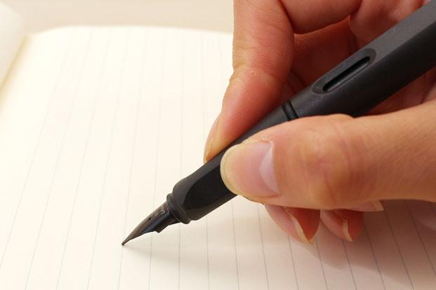 Cách cầm bút máy viết