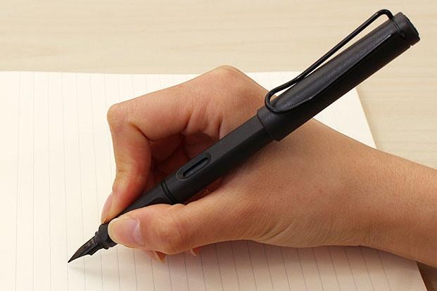 Giữ bút ở vị trí cân bằng