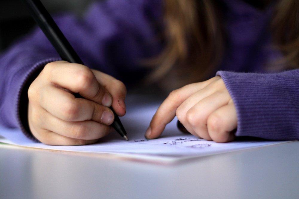 trẻ tập viết chữ