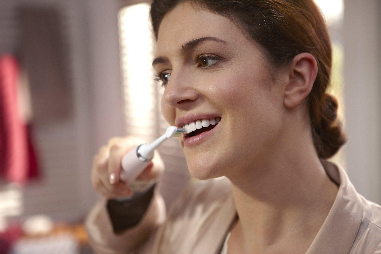 Chải răng với bàn chải điện philips sonicare diamond clean pink