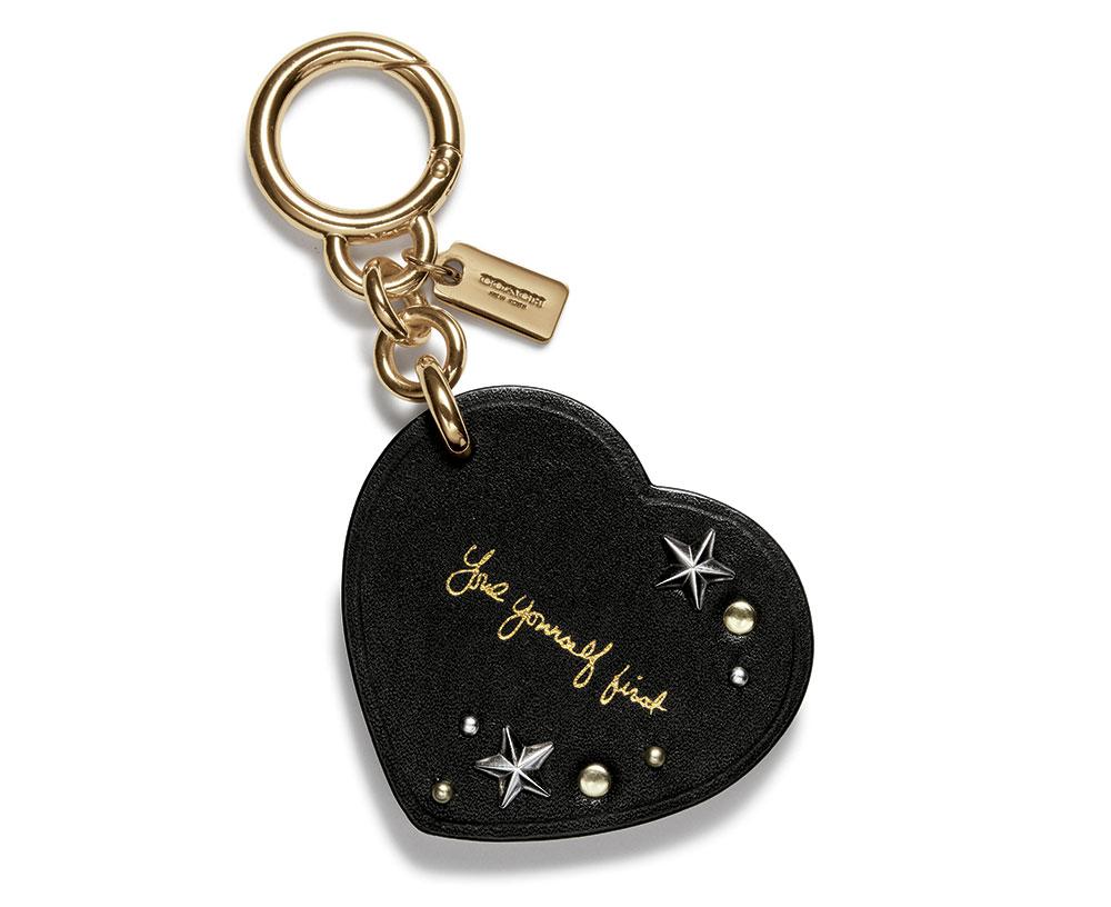 phụ kiện đeo túi trái tim (bag charms) của bộ sưu tập Coach x Selena Gomez