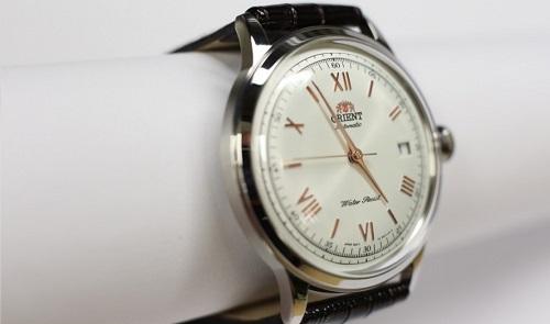 Đồng hồ Orient Bambino SER2400BW0 với mặt kính vòm cong đặc trưng