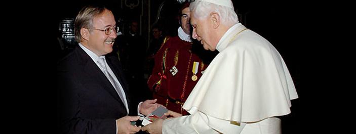 Dao Victorinox được tặng cho Giáo Hoàng