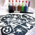 Boys Glitter Tattoo Kit contains:- 1 x Pros-ade Glue 8 ml in an applicator bottle 6 x Glitter Puffers- Black, Red, Tangerine, Silver, Blue &Emerald Green 25 x Frog, Spider, Pirate and boyish Stencils 1 x Sweeper Brush Easy to follow Instructions All in an attractive storage box