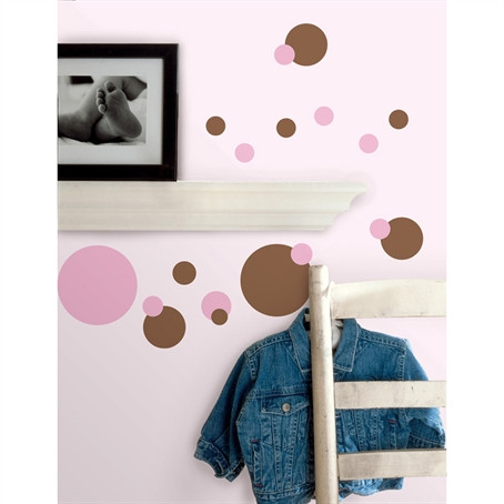 A genuine decorating classic! Dots have become a staple of today's home fashion, and this set is right on trend with a bold and beautiful colour combination of pink and brown.