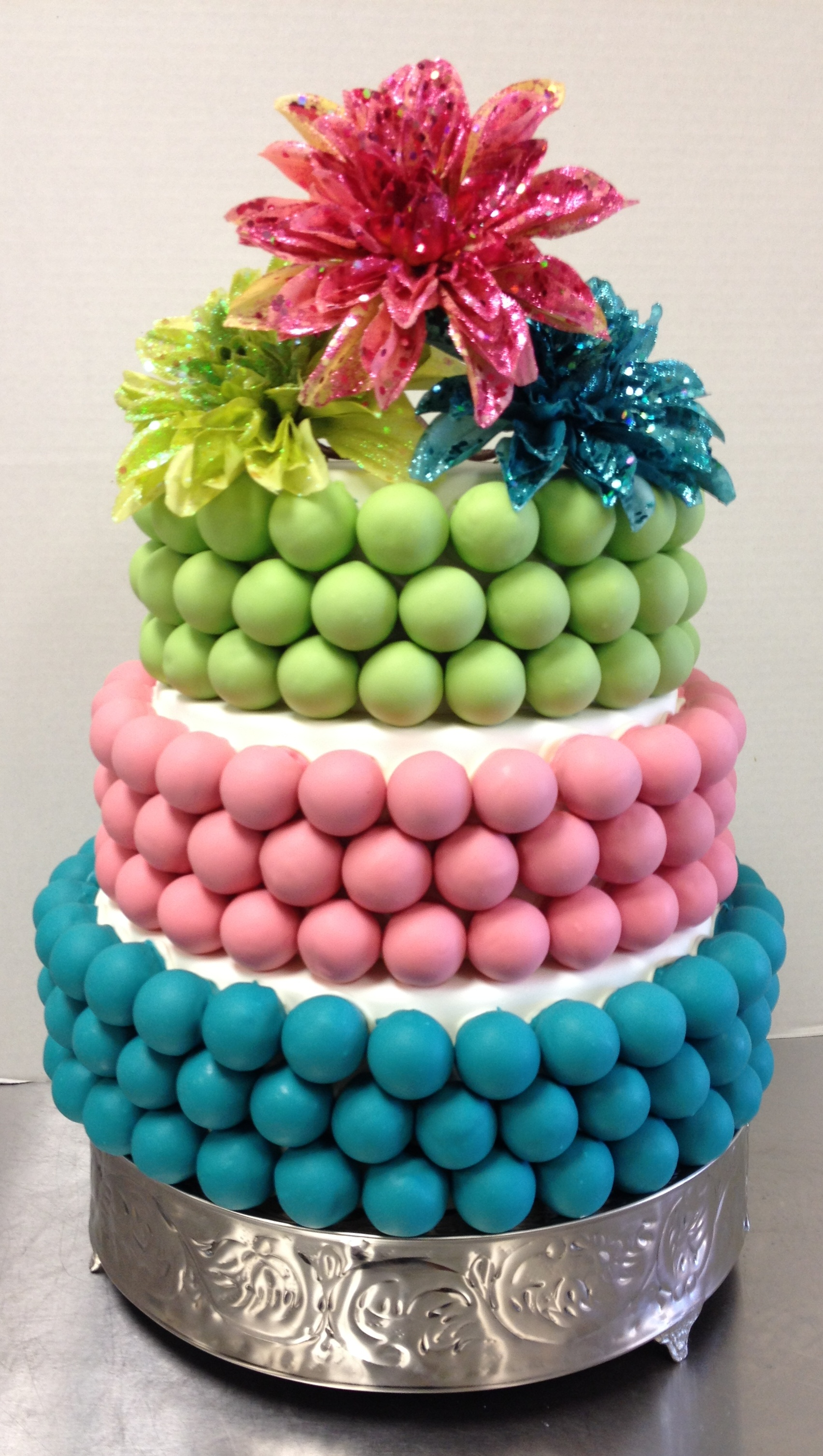 Next Up A Sweet Romantic Wedding Cake This Bite Is The Definition Of Simple Elegance And Romance Love Colors Flowers