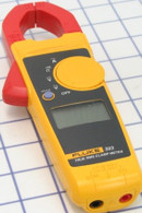 Fluke 323 400A AC True RMS Clamp Meter is ideally suited for current measurements up to 400 A in tight cable compartments.