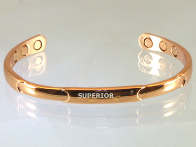 The Narrow Relief Copper Bracelet with magnets is ideal for women. This tasteful designed is often chosen by golfers.