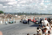 62541 - 47 B. McLaren Cooper Climax / 6 B. Stillwell / 1 J. Brabham  The front row of the grid  - AGP  Caversham  1962 - Photographer Laurie Johnson