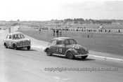 63025 - George Reynolds VW & Brian Sampson Austin Lancer - Sandown 1963 - Photographer Peter D'Abbs