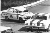 68056 - R. Coppins Mustang passing J. Ward s fatal crash - Catalina Park Katoomba 1968