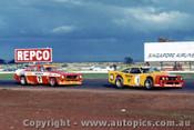 77011 - L. Leonard Ford Mustang  / B. Jane Holden Monaro - Calder 1977
