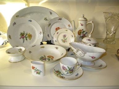 A single setting and some of the serving pieces.