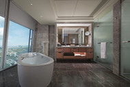 Shangri-La Hotel At The Shard, London, Iconic City View Bathroom Photo: Harriet Upjohn and Shangri-La Hotel At The Shard