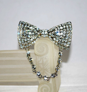 Front view of Crystal Bow tie Reader holder pin