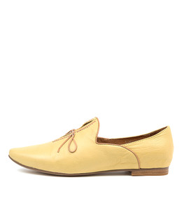 SOMMER Flats in Yellow/ Tan Leather