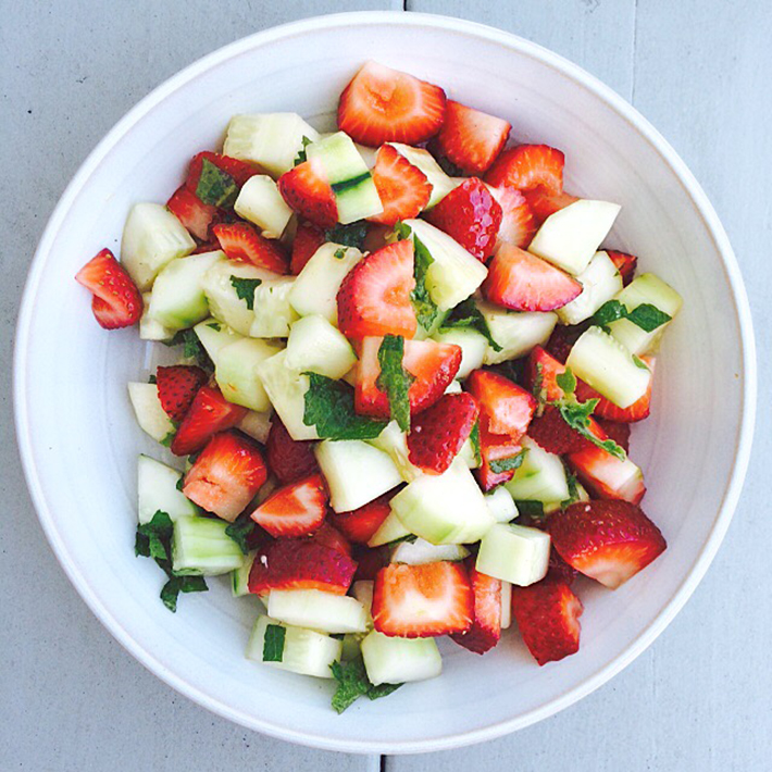vegetarian-picnic-foods-strawberry-mint-salad