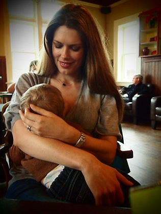 10 Awesome Celebrity Breastfeeding Moments