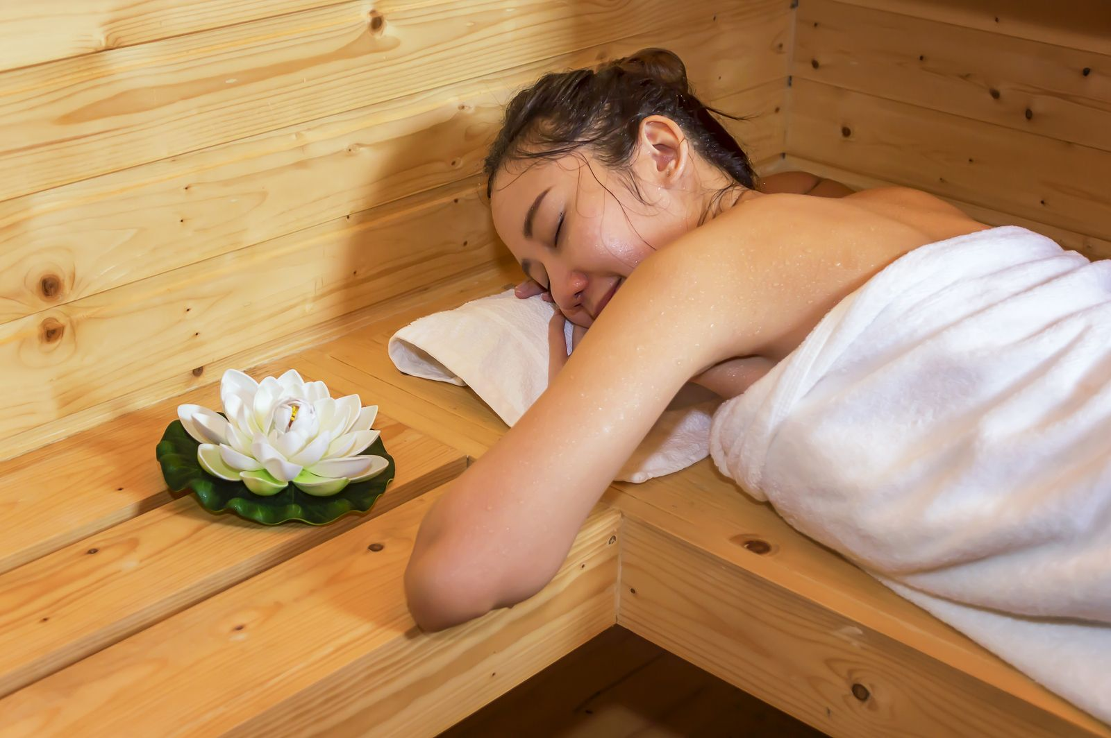 Dry sauna benefits: complement your diet and workouts with heat