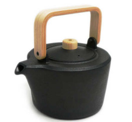 CAST IRON POT WITH OAK HANDLE by Masanori Masuda