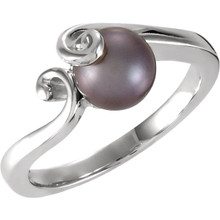 This charming black cultured pearl and 14k white gold ring adds understated class to any outfit, making it great with either everyday wear or for special occasions.