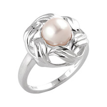 This charming pearl and 14k white gold ring adds understated class to any outfit, making it great with either everyday wear or for special occasions.