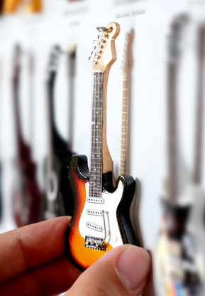 """Rock and Roll History V26 Bob Dylan Sunburst 4"""" Miniature Guitar with Magnet Visual Compendium of Guitar"""