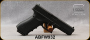 """Consign - Glock - 40S&W - G22 Gen4 - Black Polymer/Blued, 4.48""""Barrel, c/w 3 magazines, speed loader, spare backstraps, holster Tactical light - only 200 rounds fired - in original case"""