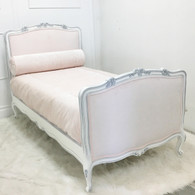 Dominique        Bed