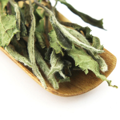 A very popular white tea containing both buds and mature leaves.
