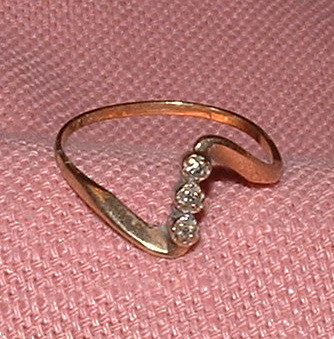 10k gold - 3 diamond ring