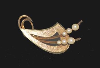 Vintage faux pearl gold-tone pin