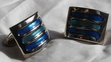 Two tones of blue cat's eye set in curved regtangular solid bar cufflinks