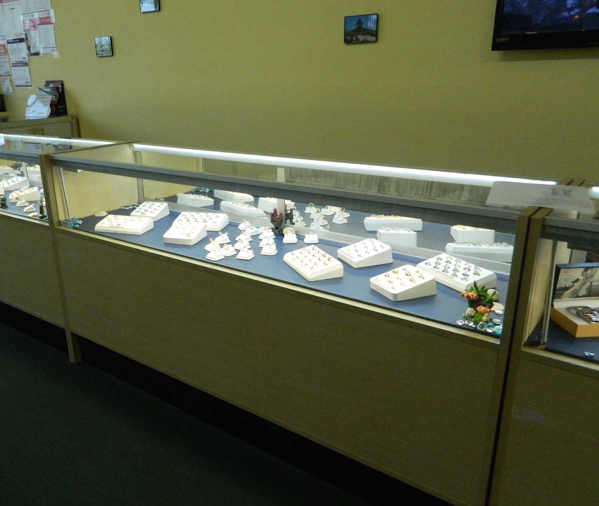 jewelry case display retail lighting