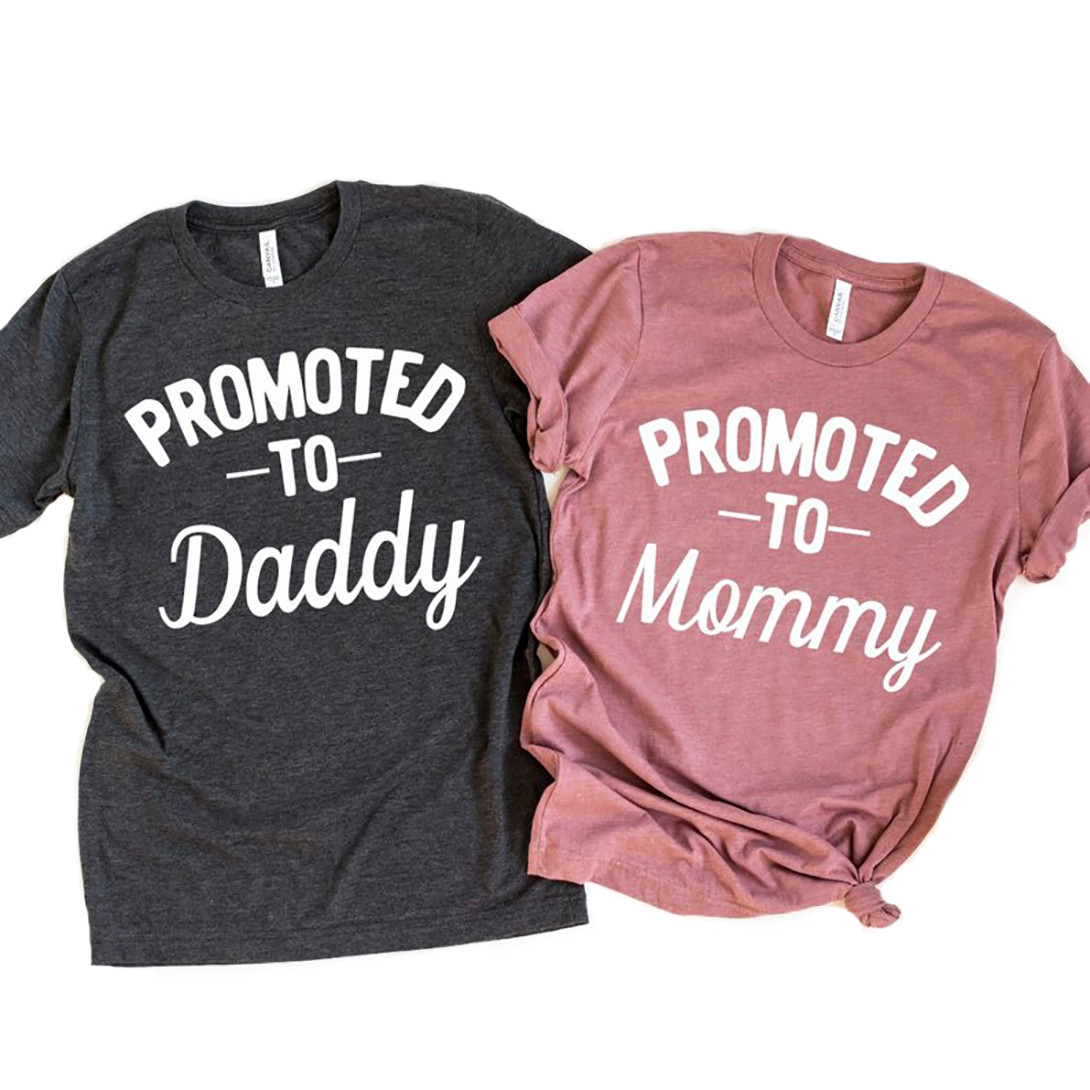 7d2ac400 Pregnancy Announcement Mom and Dad To Be Promoted T Shirt Set