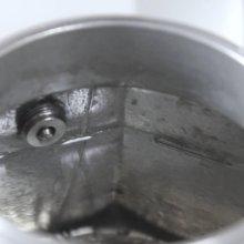 Đổ nước vào ấm pha cà phê Bialetti Moka Express