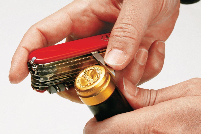 Khui nắp chai dùng dao victorinox Deluxe Tinker